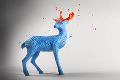 Magische Rotwild der blauen Farbenskulptur mit schmelzenden Hörnern Stockfoto