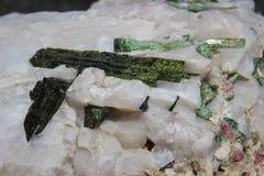 Magische schöne Kristalle des grünen und weißen Quarzes Makro lizenzfreies stockbild
