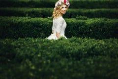 Magische schöne junge blonde Braut im eleganten Kleid herein gehend Lizenzfreie Stockfotos