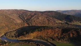 Magische schoonheid van de Karpaten Luchtmening van de herfstbos en rivier bij de voet bergen Ver weg is a stock videobeelden