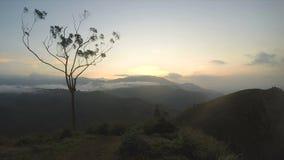 Magische Sonne, die bei Ella Peak, Sri Lanka steigt stock footage