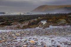 Magische Stunde auf felsigem Strand nahe Tenby, Großbritannien lizenzfreie stockfotos