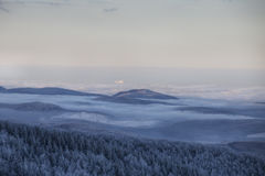 Magische Szene des Winters auf Semenic-Berg Rumänien Lizenzfreie Stockfotos