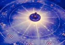 Magische tegenhanger op blauwe horoscoop zoals astrologie, dierenriem esoterisch onderwerp stock afbeeldingen