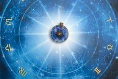 Magische tegenhanger op blauwe horoscoop zoals astrologie, dierenriem esoterisch onderwerp stock foto's