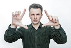 Magische Truc Fotoportret van een jonge Europese mens die allebei van zijn geopende palm tonen Ge?soleerdj op witte achtergrond stock afbeelding