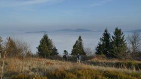 Magische Umstellung von Wolken in den Bergen, mit Leuten stockfotos