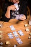 Magische vrouw die tarotkaarten gebruikt stock afbeelding
