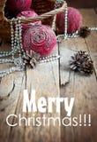 Magische Weihnachtskarte mit rosa natürlichen Kugeln, Kiefern-Kegeln und Bea Stockbild