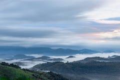 Magische Wolke, die Bergkuppe küsst stockfotos