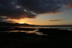 Magische zonsondergang op het strand 'Las Canteras ' stock foto's