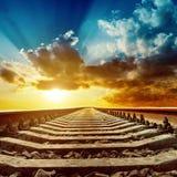 Magische zonsondergang over spoorweg stock afbeeldingen