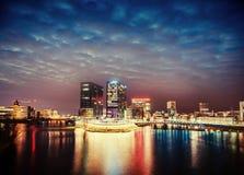 Magische zonsondergang over wolkenkrabbers Royalty-vrije Stock Afbeelding