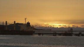 Magische zonsondergangmening van de haven van Conakry, Guinea stock footage