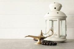 Magischer Aladdin Lamp mit Gebetsperlen und Ramadan-Laterne auf grauer Tabelle lizenzfreie stockbilder