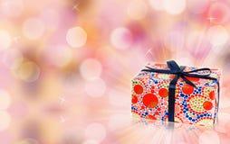 Magischer Geschenkkasten, bokeh, Scheine und freier Platz Stockfotos