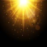 Magischer Hintergrund mit Strahlen des Lichtes, glühender Effekt Gelber Sonnenschein funkelt auf einer Dunkelheit Auch im corel a Lizenzfreie Stockfotografie