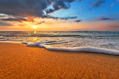 Magischer Sonnenaufgang über Meer lizenzfreie stockfotografie