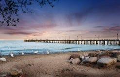 Magischer Sonnenuntergang über baltischem meeres- hölzernem Pier in Gdynia Orlowo, Polen stockbilder