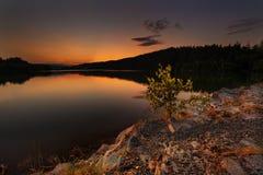 Magischer Sonnenuntergang auf dem Wasserreservoir Kretinka Lizenzfreie Stockfotografie