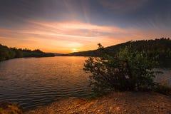 Magischer Sonnenuntergang auf dem Wasserreservoir Kretinka Lizenzfreies Stockfoto