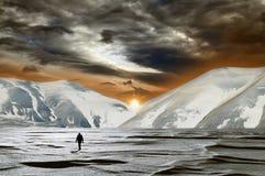 Magischer Sonnenuntergang im Schnee Stockfotos