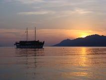 Magischer Sonnenuntergang mit Schiff Lizenzfreie Stockfotos