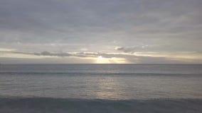 Magischer Sonnenuntergang am Strand Lichtstrahl, der durch cloudscape über Meerblick glänzt Schnelles dron, das 4k, 30fps fliegt stock video