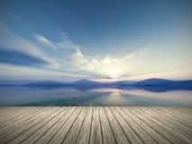 Magischer Sonnenuntergang und Vogel auf Himmel in der Sonne beleuchten Lizenzfreies Stockbild