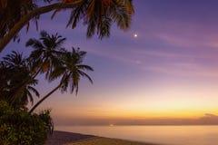 Magischer tropischer Sonnenuntergang in den Malediven lizenzfreies stockbild