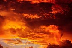 Magischer unwirklicher bunter Himmel bei Sonnenaufgang Stockbilder