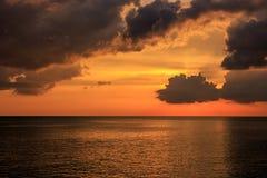 Magischer unwirklicher bunter Sonnenuntergang in Thailand Stockfotografie
