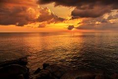 Magischer unwirklicher bunter Sonnenuntergang in Thailand Lizenzfreie Stockfotos