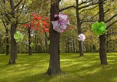 Magischer Wald mit künstlichen Blumen auf den Bäumen Stockfoto