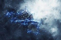 Magisches Bild Mysteriousand der alten Krone und des Buches über gotischer Querstation lizenzfreies stockfoto