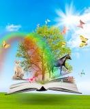 Magisches Buch mit einem grünen Baum und verschiedenen Tieren Lizenzfreie Stockbilder