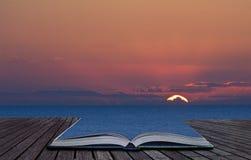 Magisches Buch stellt das Verschüttet.werden in Landschaft zufrieden Lizenzfreies Stockfoto