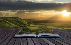 Magisches Buch stellt das Verschüttet.werden in Landschaft zufrieden Stockfotografie