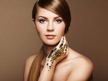 Magisches Frauenporträt im Gold Stockfotos