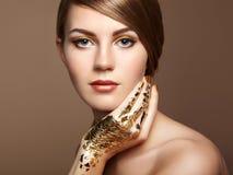 Magisches Frauenporträt im Gold Lizenzfreie Stockfotos