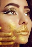 Magisches Mädchen-Porträt im Gold Goldene Verfassung Stockfoto