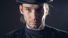 Magisches, mysteriöses Porträt eines Mannes Mann schaut bedrohlich herein zur Kamera stock footage