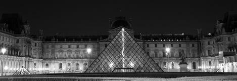 Magisches Paris: Blitz und die Pyramide im Louvre Lizenzfreies Stockbild
