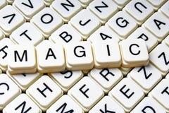 Magisches Textwortkreuzworträtsel Alphabetbuchstabe blockiert Spielbeschaffenheitshintergrund Weiße alphabetische WürfelBlockschr Lizenzfreies Stockfoto
