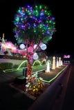 Magisches Weihnachten beleuchtet Dekorationen auf Haus an den Weihnachtsfeiertagen Lizenzfreie Stockfotos