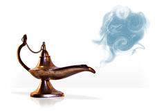 Magisk aladdinande i arabiska sagorlampa med rök Arkivbild