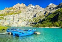 Magisk alpin sjö med höga berg och glaciärer, Oeschinensee, Schweiz fotografering för bildbyråer