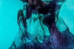 magisk bakgrund med mörker - blåttvirvlar av målarfärg i turkosvatten royaltyfri fotografi