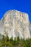 Magisk blå himmel- och granitmonolit för El Capitan arkivbild