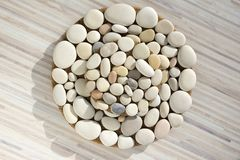 Magisk domarringform, verklig mandala som göras av stenar Arkivfoton